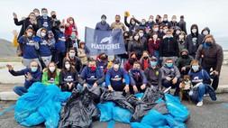 Scalea, ambiente: raccolta di plastica sull'arenile