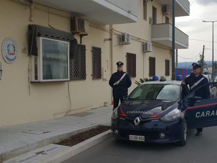 Rocca Imperiale, ubriaco aggredisce un passante e i carabinieri intervenuti