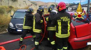 Crotone, incidente stradale con un ferito. I vigili del fuoco lo liberano dalle lamiere - Video