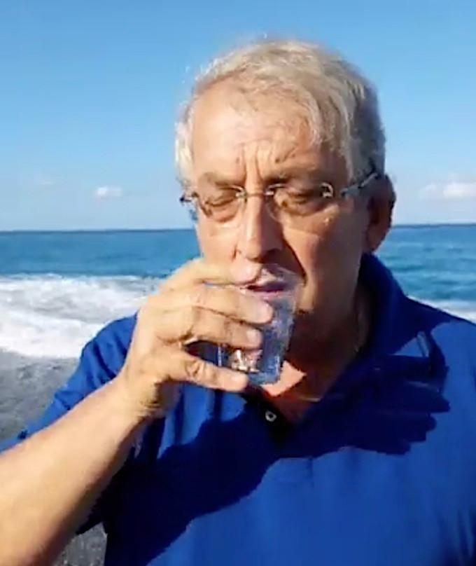 Magorno beve l'acqua del mare a Diamante
