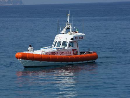 Falerna Marina, la guardia costiera mette in salvo un surfista in difficoltà