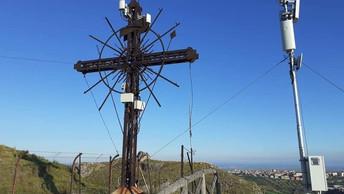 Cassano allo Jonio: la storica croce diventa un traliccio per le antenne