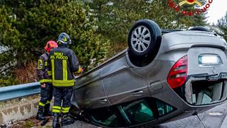 San Giovanni in Fiore, perde il controllo dell'auto e si capotta