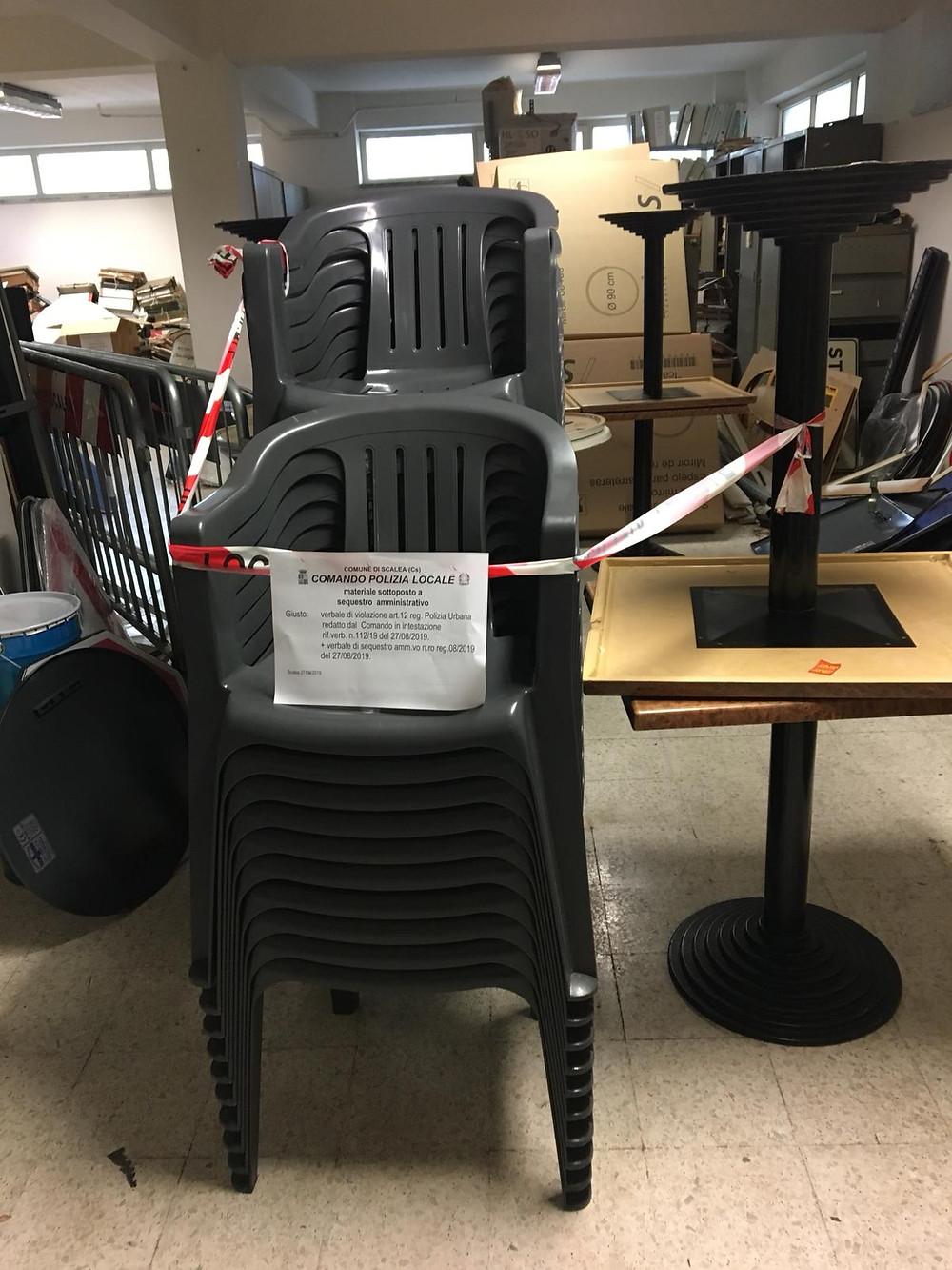 Scalea, polizia locale, sequestro sedie e tavoli