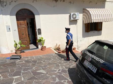 Belvedere, omicidio: i carabinieri portano via un pezzo di inferriata dall'abitazione di Dimova