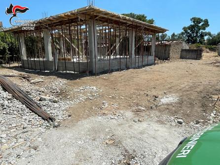 Sequestrata costruzione abusiva in corso di edificazione a Isola Capo Rizzuto