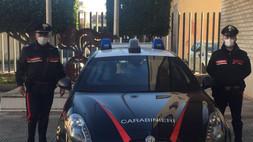 Senza mascherine, ammassati a giocare a carte: i carabinieri chiudono un circolo a Schiavonea