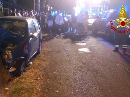 Cropani marina, auto contro albero: feriti due giovani