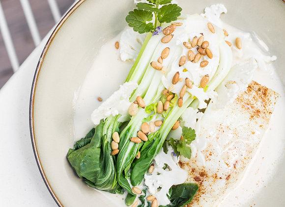 Treska, pak choi, heřmánková beurre blanc, pinie, květák