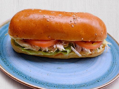 Sandwich de pollo- con queso en pan blando con lechuga, tomate y salsa perejil