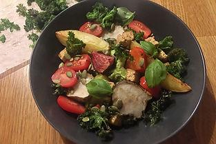 Bowl med ärthommus, rostade grönsaker och knaperstekt tofu