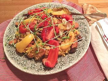 Paella med grillade grönsaker och chorizo vegansk växtbaserad
