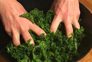 grönkål sallad massera