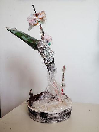 Sculpture représentant une fleur à partir de déchets