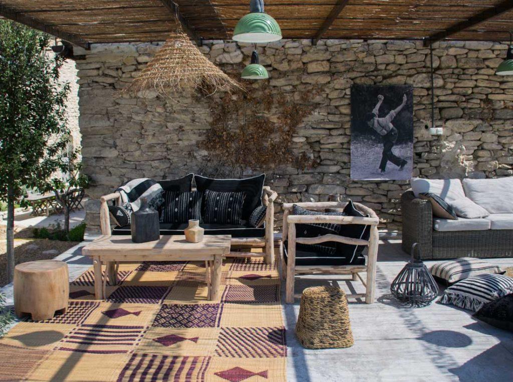 Un salon d'extérieur pour profiter du soleil de la Provence et d'une vue sur les oliviers