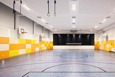 Sporthalle mit Bühne