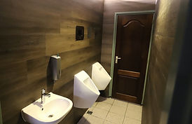 Nieuwe wand in sanitaire ruimte met 2 wa