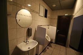Oude wand in sanitaire ruimte