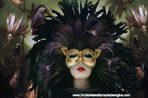 Femme avec masque en plumes