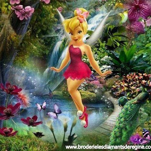 la fée clochette dans la forêt