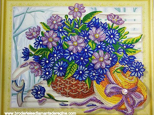 corbeille de fleurs avec chapeau