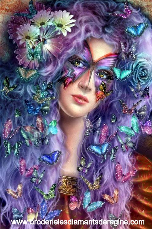 Femme aux papillons multicolores