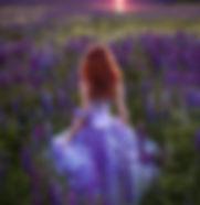 la dame dans les hautes fleurs violettes