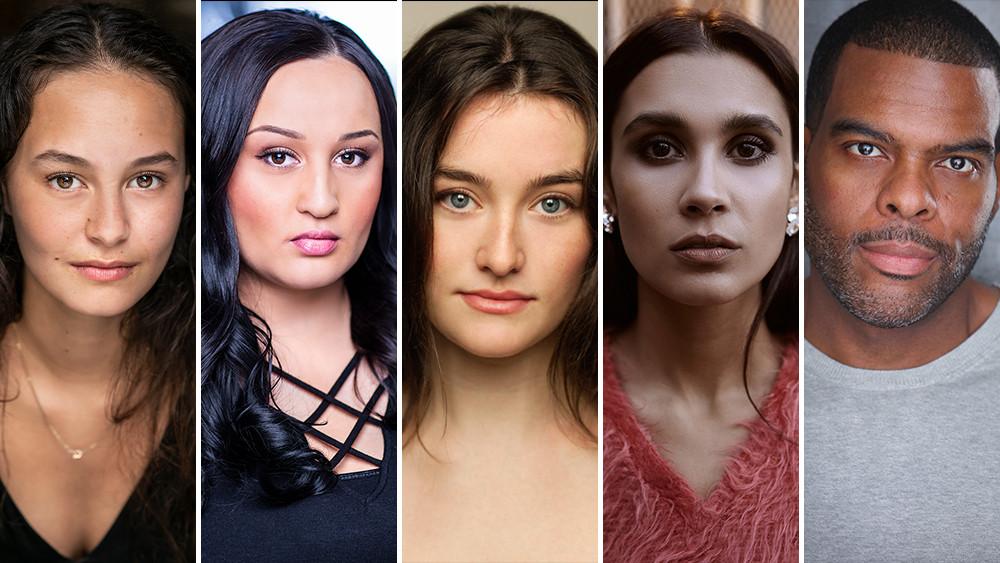 """Da esquerda prara a direita, alguns integrantes do elenco da série """"The Wilds"""": Erana James, Jenna Clause, Sarah Pidgeon, Sophia Ali, Troy Winbush"""