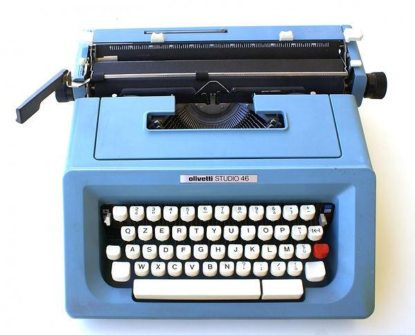 Máquina de escribir marca Olivetti, modelo Studio 46, teclado QZERTY en color blanco, carcasa azul, cinta 100% negra