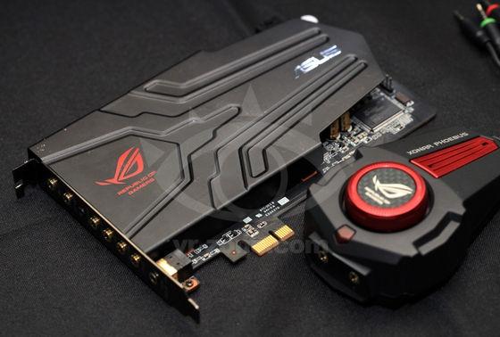 Tarjeta de sonido marca ASUS, modelo Xonar Phoebus, en negro y rojo con control remoto