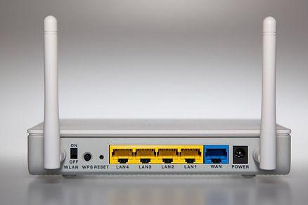 Conectores LAN, WAN, fuente de alimentac