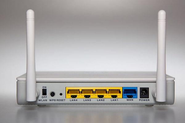 Conectores LAN, WAN, WLAN y fuente de alimentación de un router.
