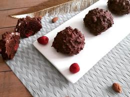 Boules de bonheur au chocolat/fève Tonka/framboises/glaçage rocher chocolat au lait
