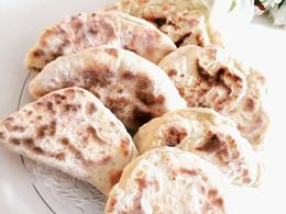 Un mélange de pain pita et de naan à la poêle