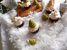 Cupcakes de Noël marron ,vanille ,insert caramel beurre salé ,sapins meringues et chantilly