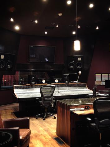 スタジオでの制作現場に参加。映画やCM音楽など楽曲制作の裏側や作曲方法を学ぶ事が出来ます。また、オリジナル曲を作りたい歌手と作曲家を繋げて双方が向上できる環境を提供いたします。