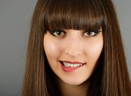 Se mordre la lèvre inférieure : signe de plaisir intense ou de peur ?
