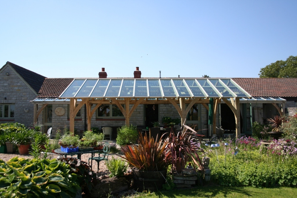 Oak frame loggia in harmony with garden