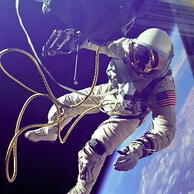 astronaut-astronomy-cosmonaut-355956.jpg