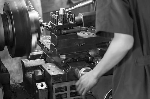 machinist-job-on-manual-lathe_edited.jpg