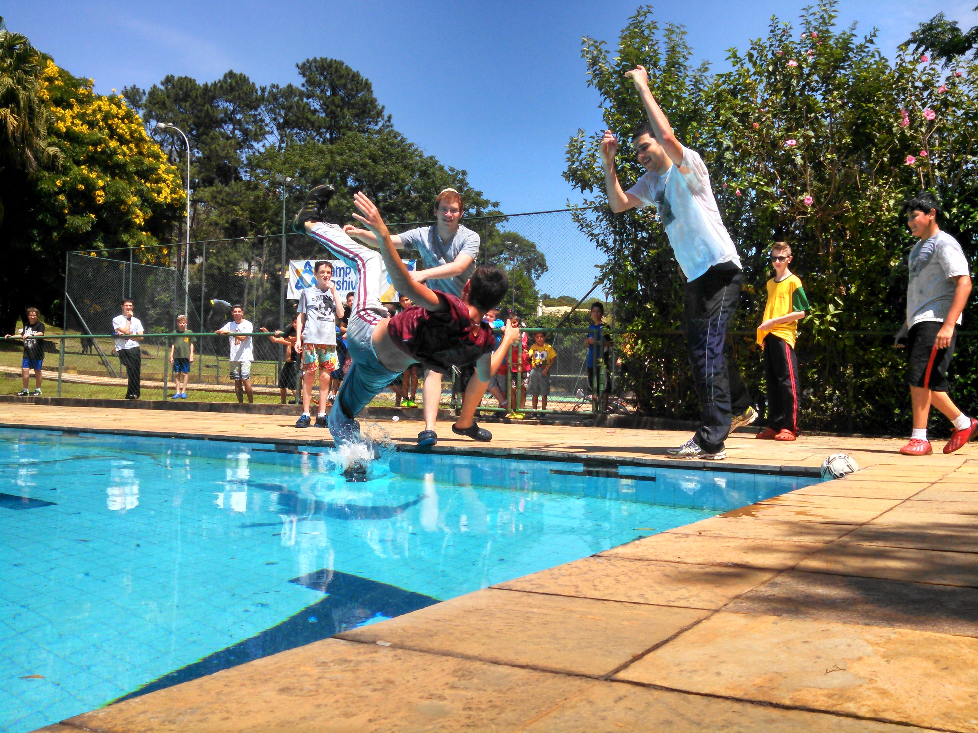 Madrichim jogando chanich na piscina