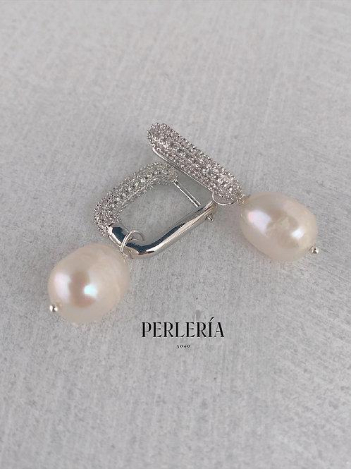 Aretes huggie perla blanca