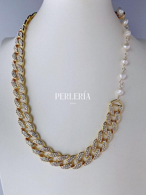 Cadena con circonias y perla en dorado