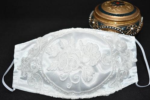 Raso blanco con flor bordada