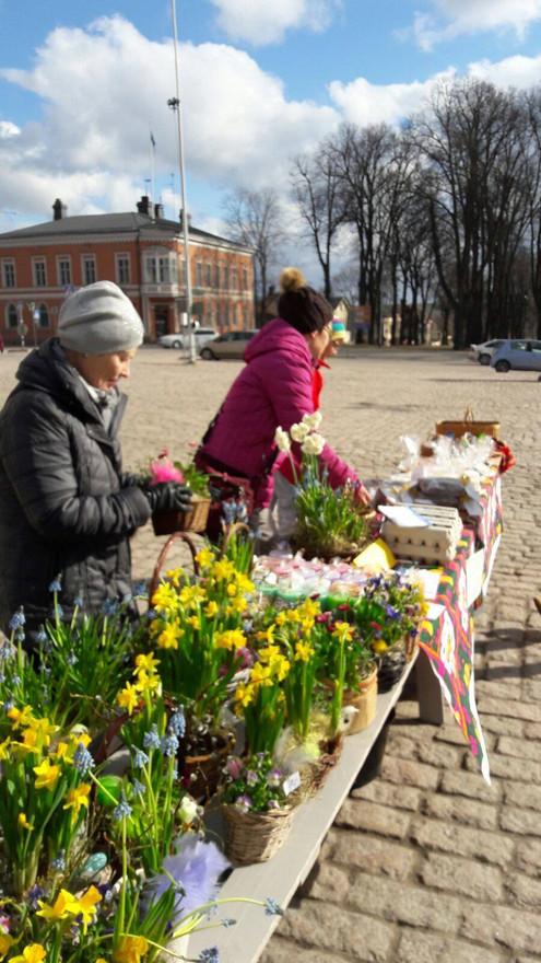 Försäljning av plantor på torget i Lovisa.