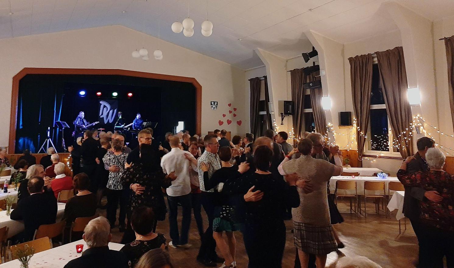 Ystävänpäivän tanssit olivat menestys. Yhtye Danswerket houkutteli paljon väkeä Liljendalgårdeniin.