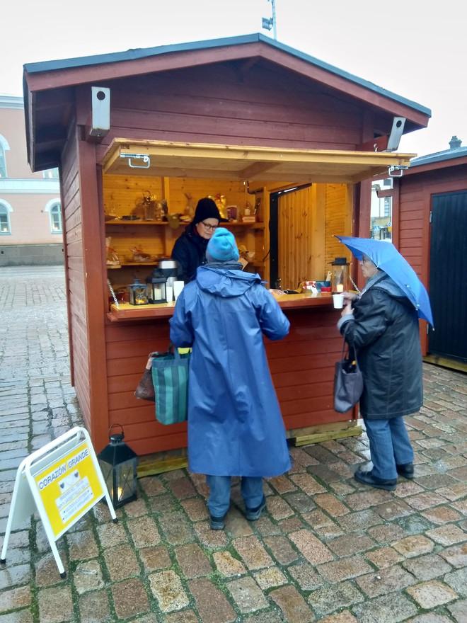 Glögg, lotter och bakverk till salu även i ruskigt väder.