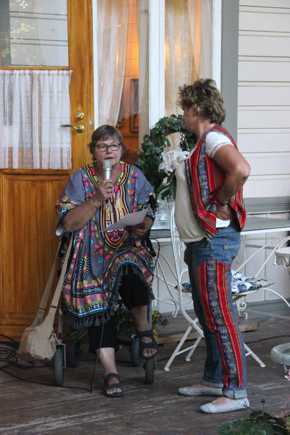 Gun-May haastattelee Siwiä lastenkodista.