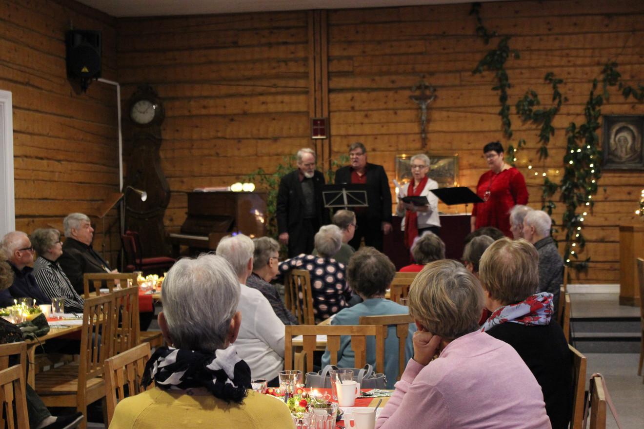 Joulumyyjäiset, puuroa, esiintymisiä ja yhteislaulua.