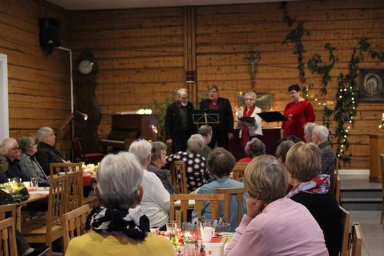 Julbasar med gröt, uppträdanden och allsång.